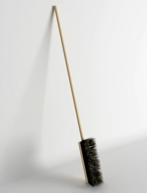 不便なデザイン:床掃除ができないデッキブラシ
