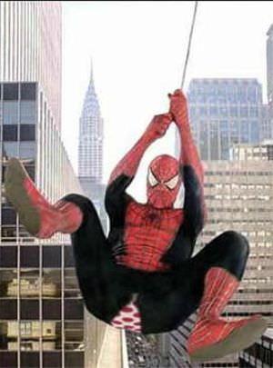 残念な画像:スパイダーマンで登場したらズボンが破れた