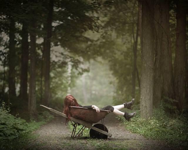 森で横たわり、顔を逸らす女性