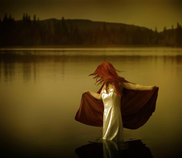このまま湖に沈んでいきそうな女性