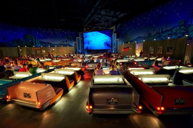 世界最大級の映画館:Sci-Fi Dine-In シアター