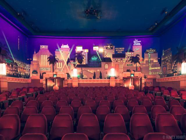 世界最大級の映画館:クレスト・シアター(Crest Theater)