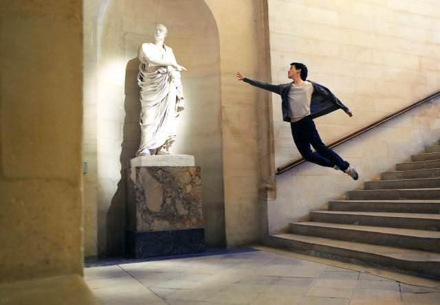 ジャンプポーズを街中でとる男性バレエダンサー画像13選【躍動感がカッコいい!】