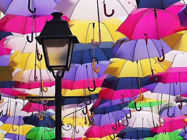 【ポルトガルのアゲダグエダ芸術祭】カラフル傘が空を埋め尽くす驚きの風景