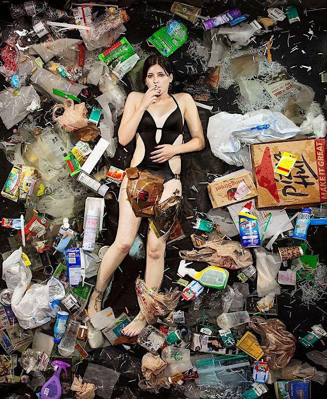 自身が出した「1週間分のゴミ」に横たわる人々【一般家庭のゴミ量と内訳】