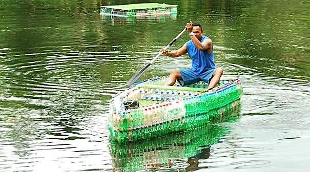 ペットボトル工作のアイディアと作品17選 - 椅子、人が乗れる船、家 など