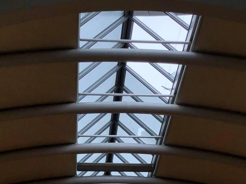 台風21号によって天井窓ガラスが割れた関西国際空港