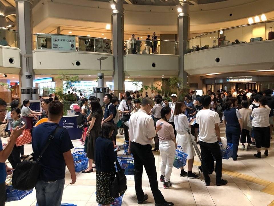 台風21号の関西国際空港で、ローソンに並ぶ人々