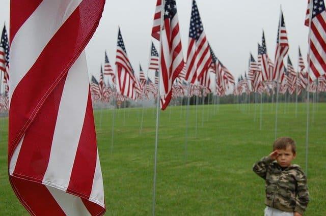 アメリカ国旗に敬礼
