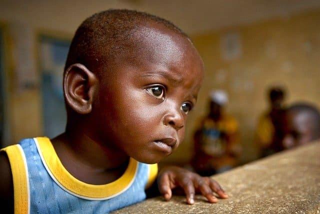あどけない表情をする黒人の子供
