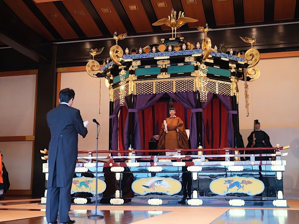 即位礼正殿の儀で寿詞を述べる安倍首相