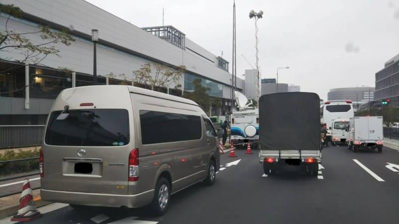 豊洲正門前にフジTV車両が