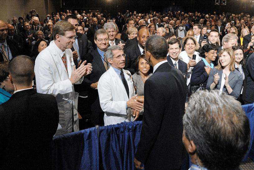 オバマ大統領と挨拶を交わすファウチ